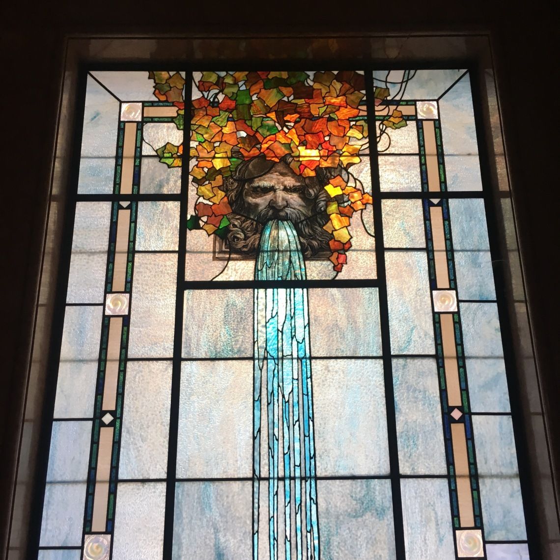 Finestra decorata dall'immagine del dio del fiume