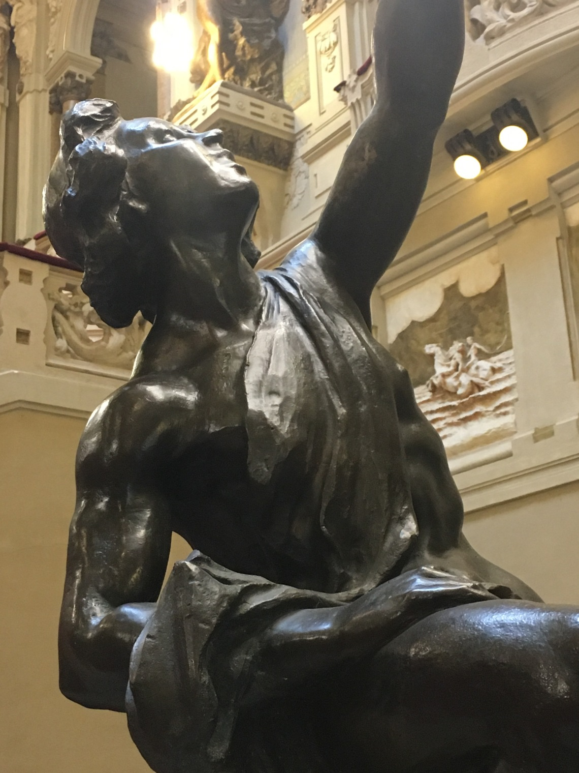 Particolare di una statua porta lampada all'ingresso del Casinò