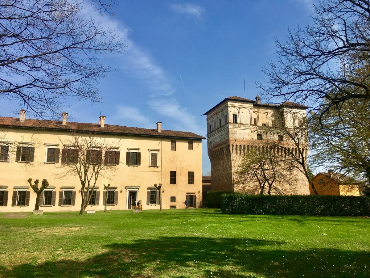 Visitare Palazzo Barbò a Torre Pallavicina e lasciarsi sedurre anche da una magnolia in fiore